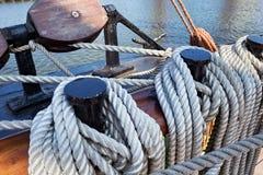 Stalowe belaying szpilki na żeglowanie statku obraz stock