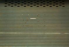 Stalowe drzwiowe rolki stare są ośniedziałe zdjęcia royalty free
