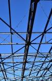 Stalowe stropnicy przeciw jaskrawemu niebieskiemu niebu fotografia stock
