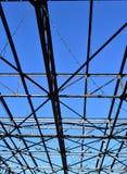 Stalowe stropnicy przeciw jaskrawemu niebieskiemu niebu zdjęcie royalty free