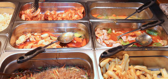 stalowi kosze w restauraci z bardzo smakowitymi Orientalnymi foods zdjęcie stock