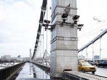 Stalowi poparcia Krymsky most w Moskwa fotografia stock