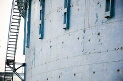 Stalowi schodki z stalowym budynkiem zdjęcia stock