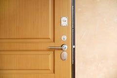 Stalowy drzwi, drewniany podstrzyżenie Kilka kędziorki i rękojeść obraz royalty free