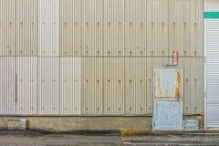 Stalowy drzwi i gofrująca ściana fabryka obrazy royalty free