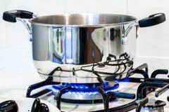 Stalowy garnek na kuchence Zdjęcie Royalty Free