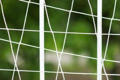 Stalowy gretingu ogrodzenie boisko do piłki nożnej, metalu ogrodzenie z plamy tłem obrazy royalty free
