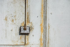 Stalowy kędziorek na ośniedziałym popielatym metalu drzwi Zakończenie Fotografia Stock