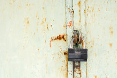 Stalowy kędziorek na ośniedziałym popielatym metalu drzwi Zakończenie Zdjęcie Stock