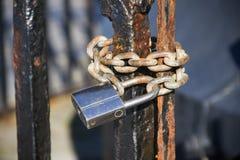 Stalowy kędziorek na rdzewiejącej bramie zdjęcia stock