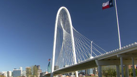 Stalowy Kablowy most Z Teksas flaga I Dallas linią horyzontu