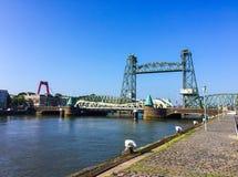 Stalowy kolejowy dźwignięcia królewiątka doku most Koningshavenbrug lub dźwignięcie De Hef w Rotterdam, holandie obraz royalty free