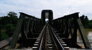 Stalowy Kolejowy most przez rzekę zdjęcia royalty free