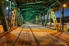 Stalowy Kratownicowego mosta tramwaj przy nocą Fotografia Stock