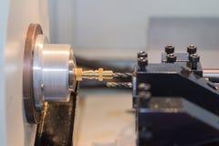 Stalowy metal tnącej maszyny proces CNC kręcenia maszyną fotografia stock