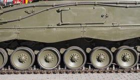 Stalowy Militarny zbiornik, szczegół ślada lub koła droga, fotografia royalty free