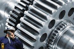 Stalowy pracownik z wielką cogwheels maszynerią Zdjęcie Royalty Free
