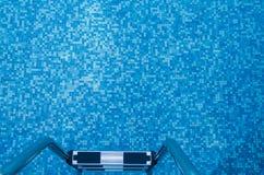 Stalowy schody błękitnego brzmienia pływacki basen Obraz Royalty Free