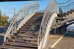 Stalowy schody z drewnianymi krokami prowadzi zwyczajny brid Obrazy Stock