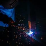 Stalowy spaw przy przemysłowym, pracownik na pracującym terenie obraz stock