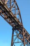 Stalowy stropnicy linii kolejowej most z niebieskim niebem Obrazy Royalty Free