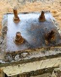 Stalowy talerz opierający się na kotwicowych ryglach na betonowym filarze fotografia royalty free