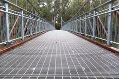 Stalowy zawieszenia footbridge nad rzeką zdjęcie stock