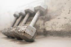 Stalowych szarość ciężary na gym podłoga Obraz Royalty Free