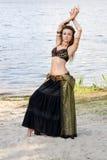 Stam- amerikansk stildansare för ung kvinna Flickadans och posera på dräkten för magdans för strandsand den bärande ethnic arkivbilder