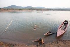 Stam Bru Children die en in Mekong Rivier in summe zwemmen spelen stock foto's