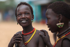 Stam- kvinna i den Omo dalen i Etiopien, Afrika Arkivfoto