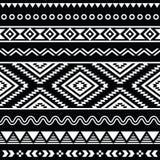 Stam- sömlös aztec vit modell på svart bakgrund royaltyfri illustrationer