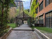 Stamba hotel: styl w centrum Tbilisi Nowożytny podwórze z pięknymi widokami, aleja z drewnianą strukturą fotografia stock
