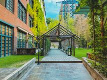 Stamba hotel: styl w centrum Tbilisi Nowożytny podwórze z pięknymi widokami, aleja z drewnianą strukturą obrazy stock
