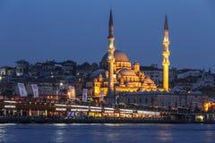 Stambul Nachtmening van de Nieuwe Sultan van Moskeevalide royalty-vrije stock fotografie
