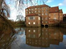 Stamford-Brug Cornmill op de rivier royalty-vrije stock fotografie