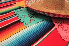 Stamina della decorazione del de Mayo di cinco di festa del fondo del cranio del sombrero del poncio del Messico Fotografia Stock