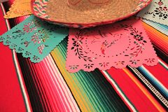 Stamina della decorazione del de Mayo di cinco di festa del fondo del cranio del sombrero del poncio del Messico Fotografie Stock