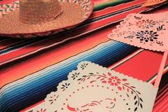 Stamina della decorazione del de Mayo di cinco di festa del fondo del cranio del sombrero del poncio del Messico Fotografie Stock Libere da Diritti