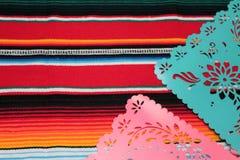 Stamina della decorazione del de Mayo di cinco di festa del fondo del cranio del sombrero del poncio del Messico Immagine Stock Libera da Diritti
