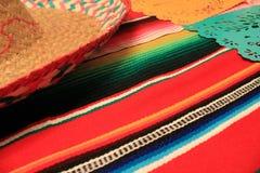 Stamina della decorazione del de Mayo di cinco di festa del fondo del cranio del sombrero del poncio del Messico Immagini Stock Libere da Diritti