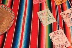 Stamina della decorazione del de Mayo di cinco di festa del fondo del cranio del sombrero del poncio del Messico Immagine Stock