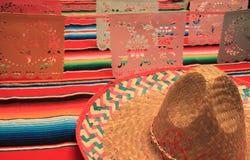 Stamina della decorazione del de Mayo di cinco di festa del fondo del sombrero del poncio del Messico Fotografia Stock Libera da Diritti