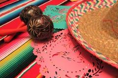 Stamina della decorazione del de Mayo di cinco di festa del fondo di maracas del sombrero del poncio del Messico immagine stock