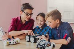 STAMM Bildung Kinder, die in der Schule Roboter herstellen stockfotos