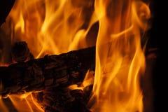 Stamm, der im Kamin mit großen Flammen brennt Lizenzfreie Stockfotos