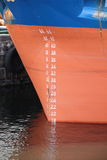 Stamm des Küstenmotorschiffs mit Tiefe nummeriert auf Rumpf Stockbilder