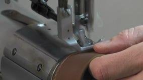 Stamm-Hersteller bei der Arbeit in seiner Werkstatt stock video footage