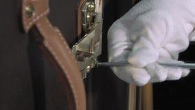 Stamm-Hersteller bei der Arbeit in seiner Werkstatt stock footage