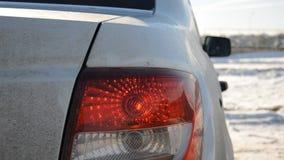 Stamm und Rücklicht eines schmutzigen Autos stock footage